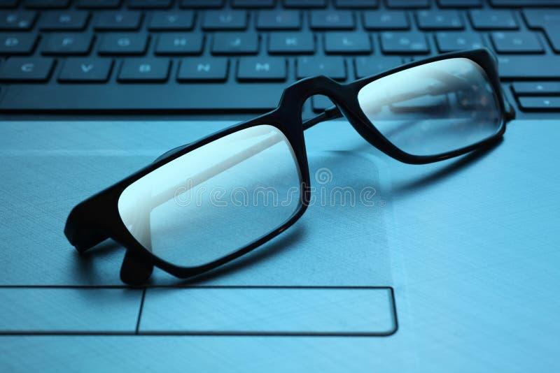 Indiquant les lunettes se reposent sur un clavier de PC avec l'espace de copie pour votre texte image stock