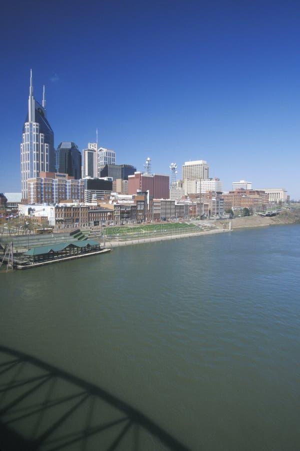 Indique el capitol Nashville, horizonte del TN con el río Cumberland en primero plano imagenes de archivo