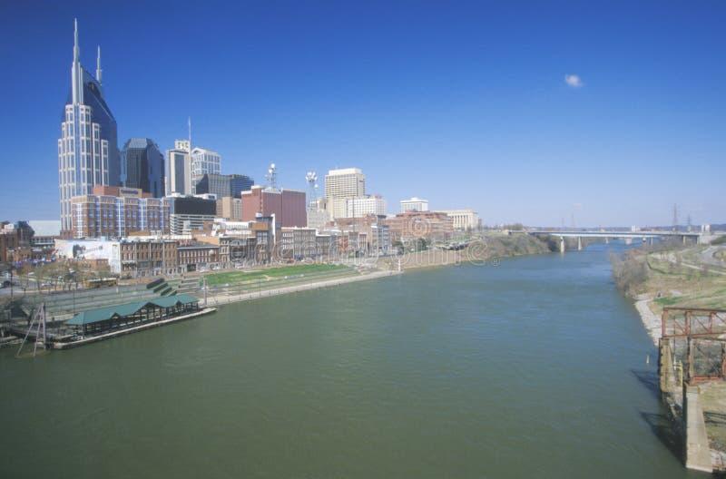 Indique el capitol Nashville, horizonte del TN con el río Cumberland en primero plano fotografía de archivo