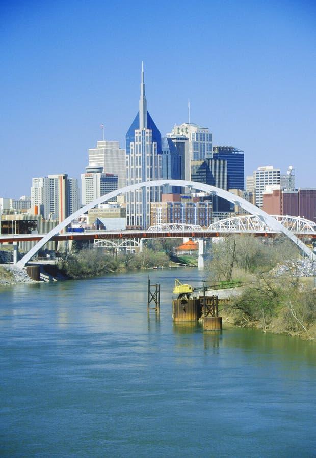 Indique el capitol Nashville, horizonte del TN con el río Cumberland en primero plano foto de archivo libre de regalías