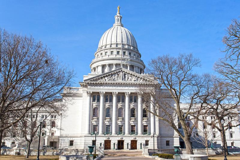 Indique el edificio del capitol en Madison, Wisconsin los E.E.U.U. en un triunfo brillante foto de archivo libre de regalías