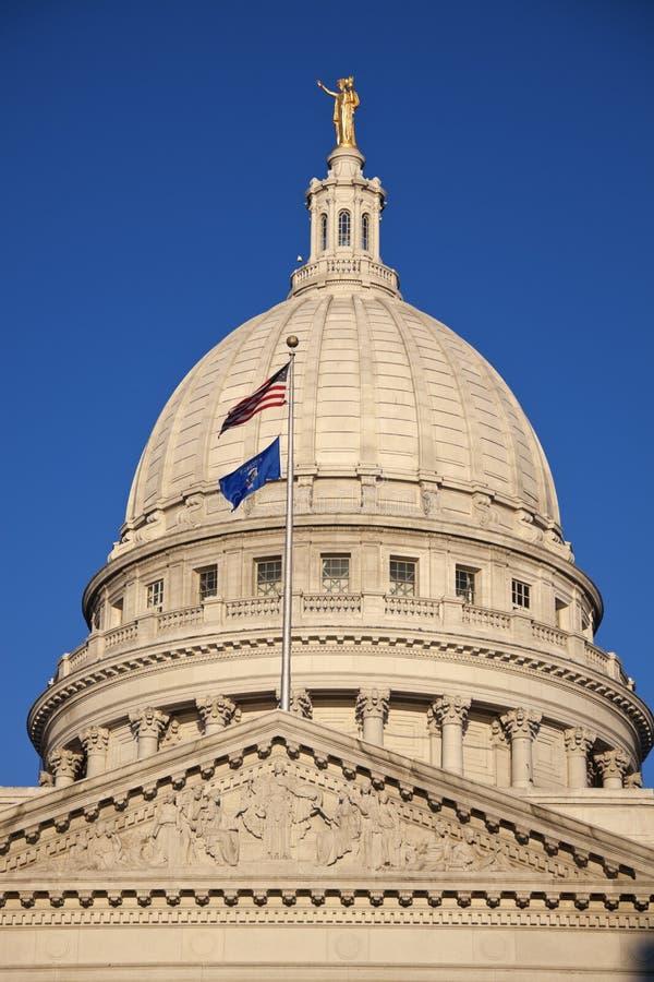 Indique el edificio del capitolio con los indicadores de los E.E.U.U. y de Wisconsin foto de archivo