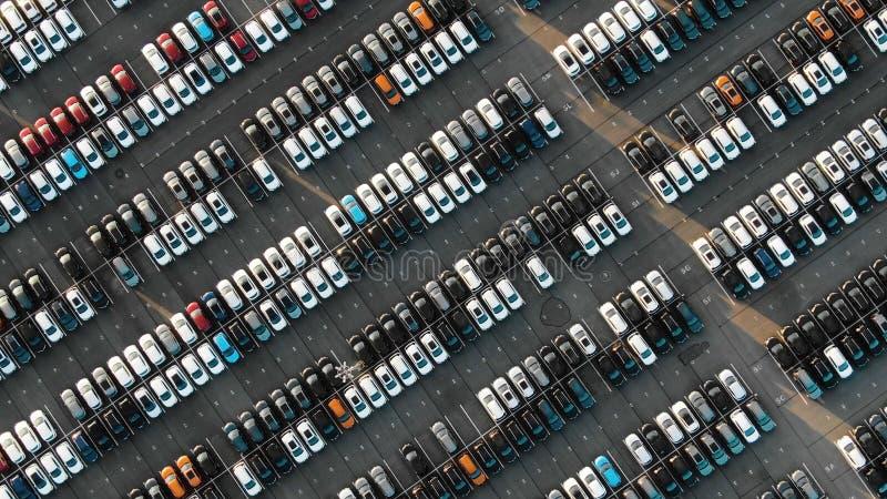 Indique el estacionamiento hacia abajo bajo verano que iguala luz del sol fotos de archivo