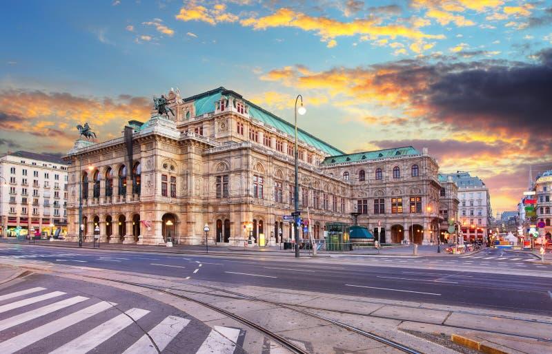 Indique la ópera en la salida del sol - Viena - Austria foto de archivo