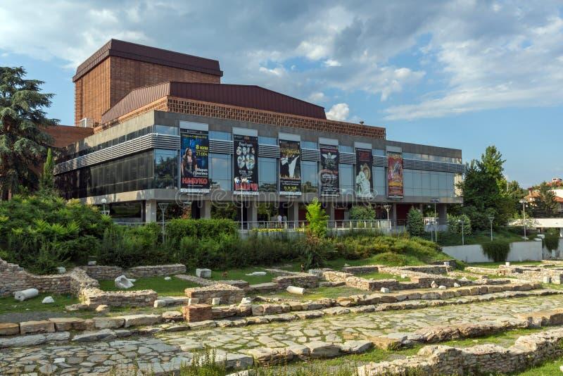 Indique la ópera y las ruinas de Augusta Traiana antigua en el centro de la ciudad de Stara Zagora, fotos de archivo libres de regalías