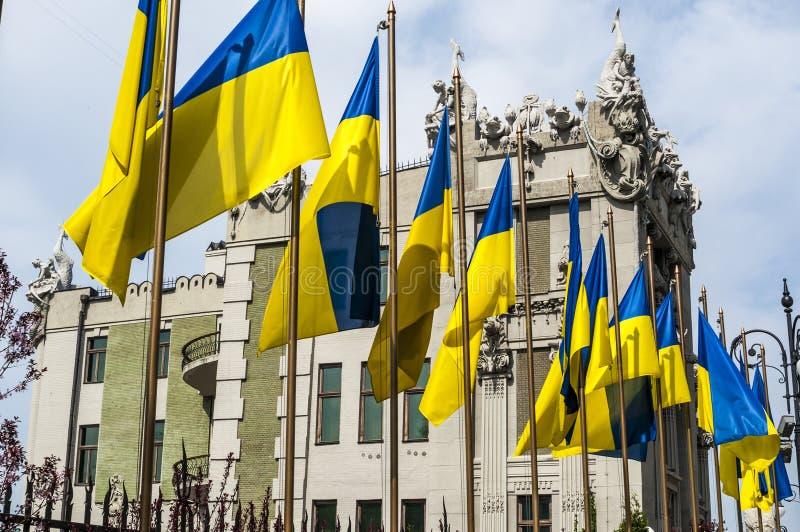 Indique la bandera de Ucrania contra el contexto del palacio presidencial en Kiev imagenes de archivo