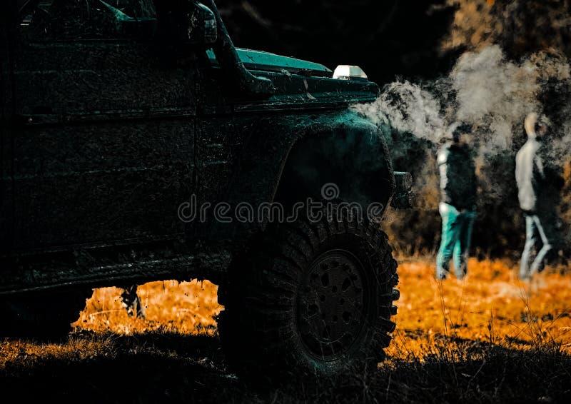 Indique los neum?ticos de las ruedas y campo a trav?s que entra en el polvo en la arena Aventura del camino Viaje de la aventura  imagen de archivo libre de regalías