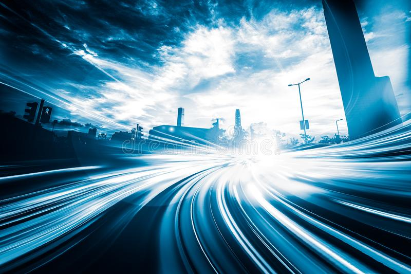 Indique a velocidad el efecto ligero de la cola con la ciudad moderna en fondo fotos de archivo