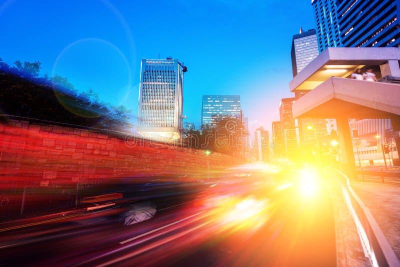 Indique a velocidad el efecto ligero de la cola con la ciudad moderna en fondo fotografía de archivo libre de regalías