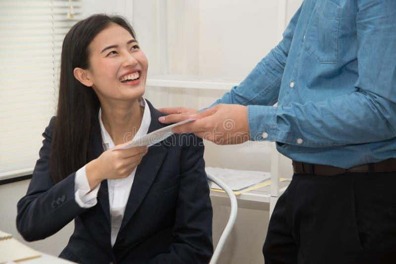 Indirizzando abuso sessuale del posto di lavoro il segretario di bella donna asiatica che è stata attaccata e minacciato stata da fotografie stock libere da diritti