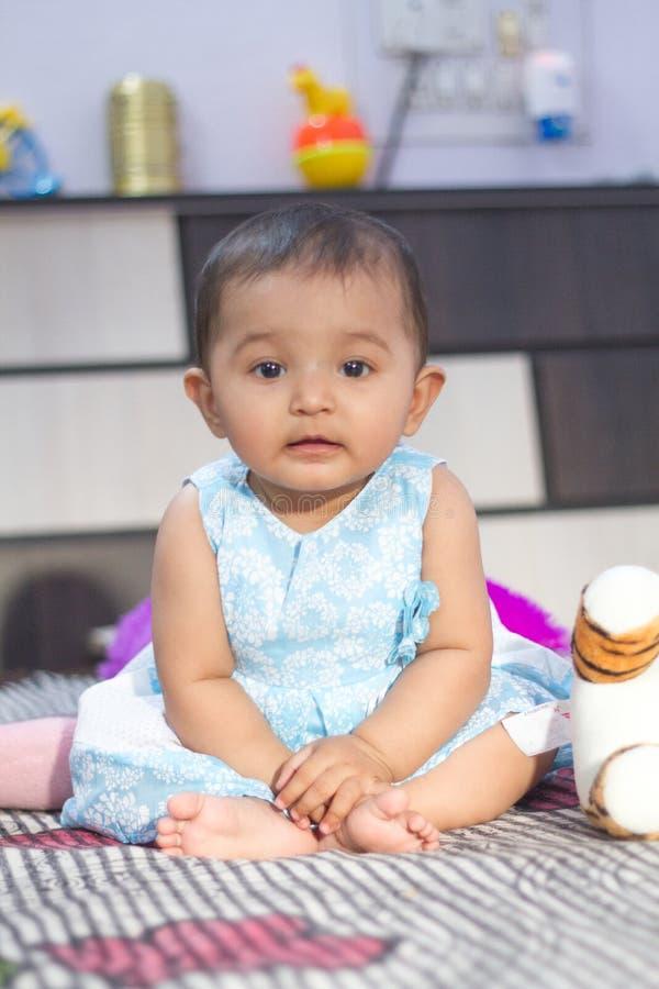 Indisch babymeisje die aan camera kijken royalty-vrije stock afbeeldingen