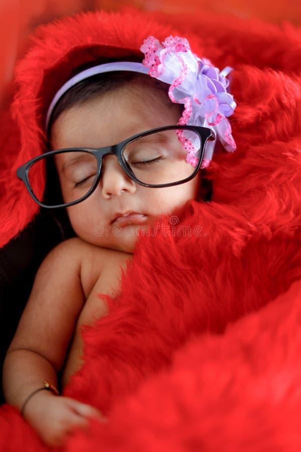 Indisch babymeisje op bril royalty-vrije stock foto