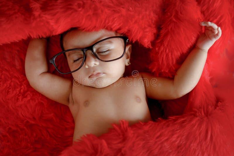 Indisch babymeisje op bril royalty-vrije stock afbeelding