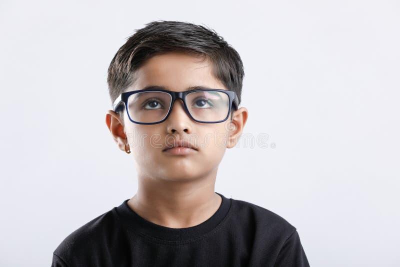 Indisch bril dragen en kind die ernstig kijken royalty-vrije stock afbeelding