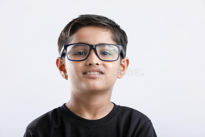 Indisch bril dragen en kind die ernstig kijken royalty-vrije stock foto