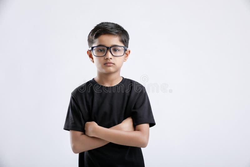 Indisch bril dragen en kind die ernstig kijken royalty-vrije stock foto's