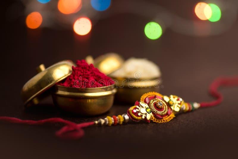 Indisch festival: Raksha Bandhan Een traditionele Indische manchet die een symbool van liefde tussen Broers en Zusters is stock foto