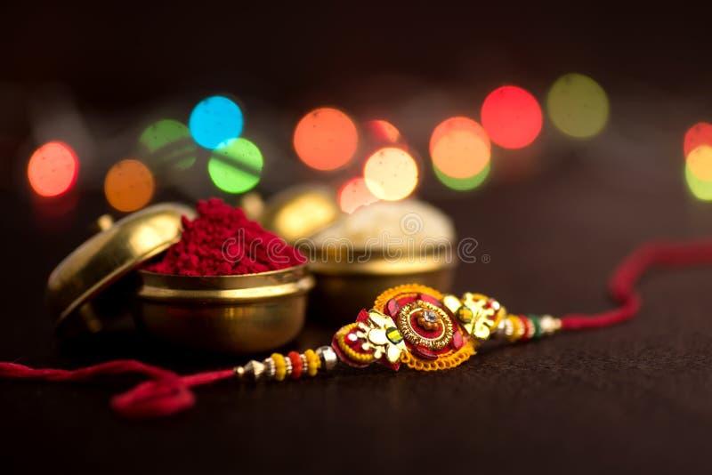 Indisch festival: Raksha Bandhan Een traditionele Indische manchet die een symbool van liefde tussen Broers en Zusters is stock afbeeldingen