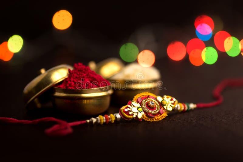 Indisch festival: Raksha Bandhan Een traditionele Indische manchet die een symbool van liefde tussen Broers en Zusters is stock foto's