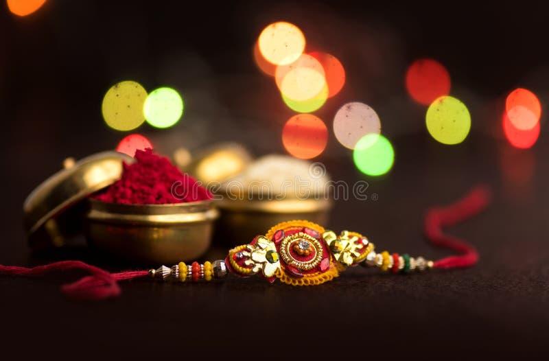 Indisch festival: Raksha Bandhan Een traditionele Indische manchet die een symbool van liefde tussen Broers en Zusters is stock afbeelding