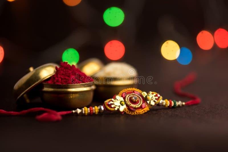 Indisch festival: Raksha Bandhan Een traditionele Indische manchet die een symbool van liefde tussen Broers en Zusters is stock fotografie