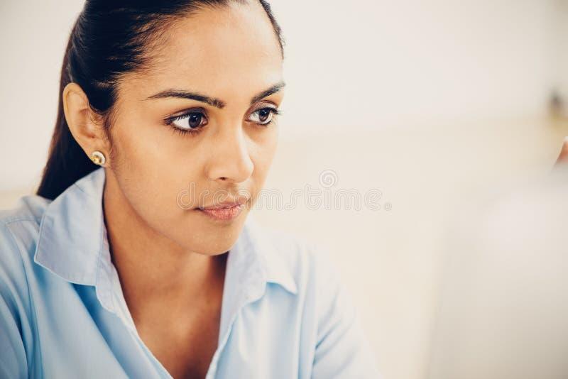 Indisch het bedrijfsvrouw mooi glimlachen bureau royalty-vrije stock afbeeldingen