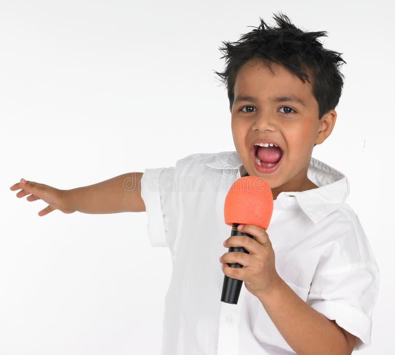 Indisch jongen het zingen lied royalty-vrije stock afbeelding
