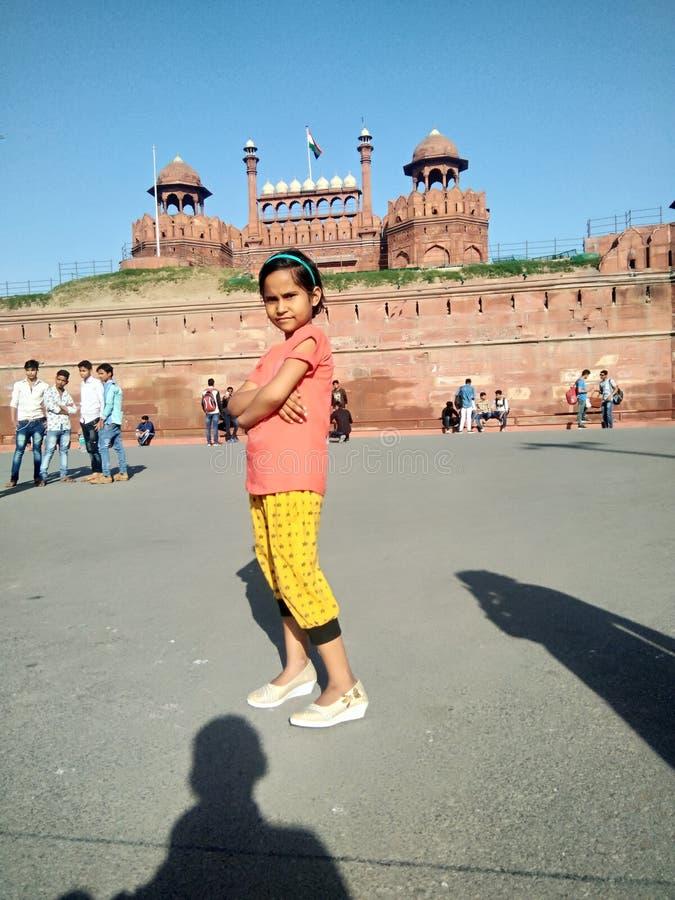 Indisch leuk babymeisje in rood fort stock fotografie