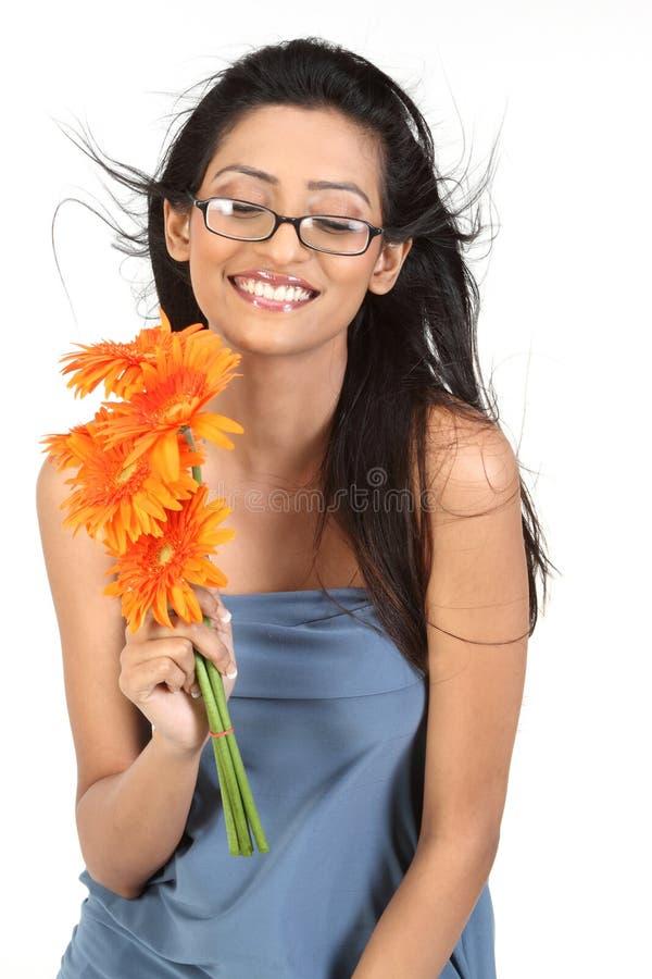 Indisch meisje met oranje madeliefjebloemen stock fotografie