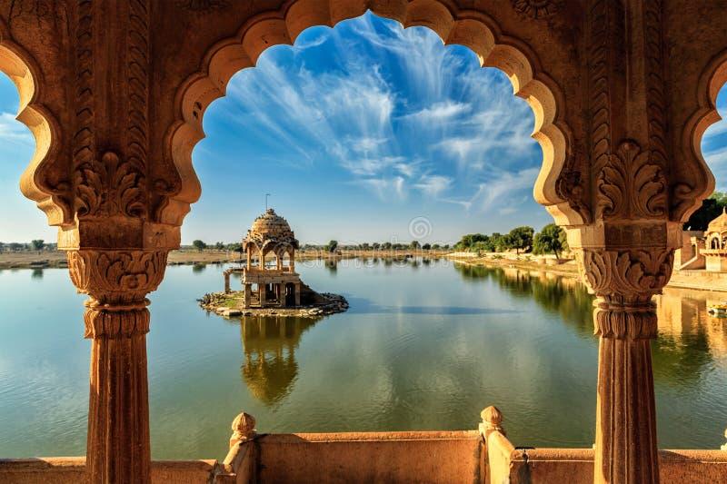 Indisch oriëntatiepunt Gadi Sagar in Rajasthan royalty-vrije stock afbeeldingen
