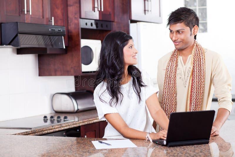 Indisch paar dat laptop met behulp van royalty-vrije stock foto
