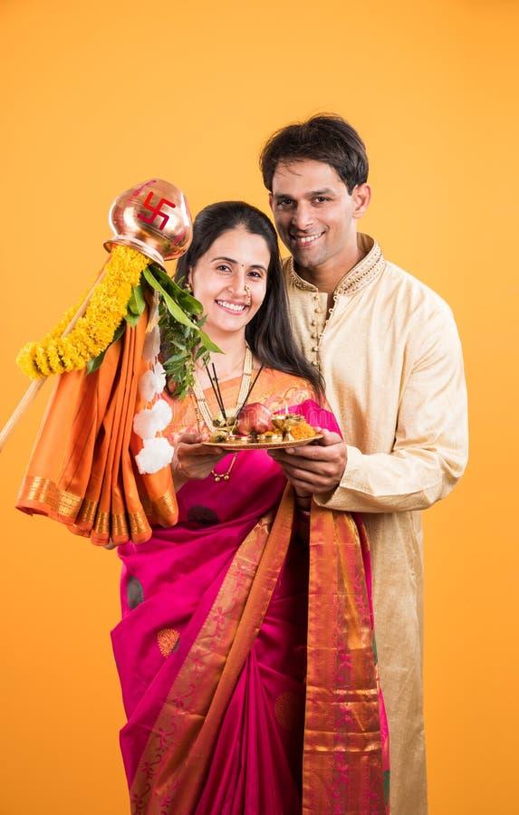 Indisch Paar die of Gudi Padwa Puja uitvoeren vieren stock afbeelding
