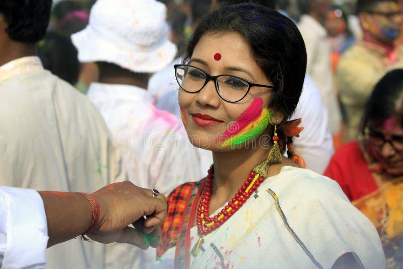 Indisch Paar die Holi vieren Portret van liefdevogels bij Holi-viering stock afbeeldingen