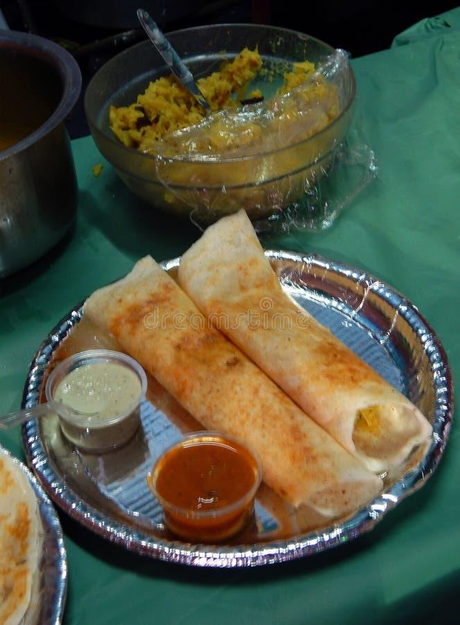 Indisch straatvoedsel Dosa met chutney en sambar stock foto's