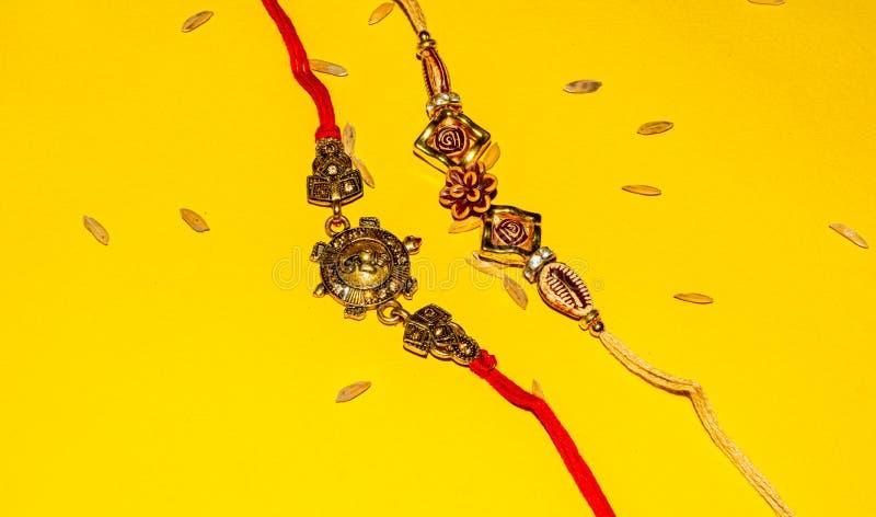 Indisch traditioneel festival Raksha Bandhan, Elegante Rakhi over gele achtergrond royalty-vrije stock foto's
