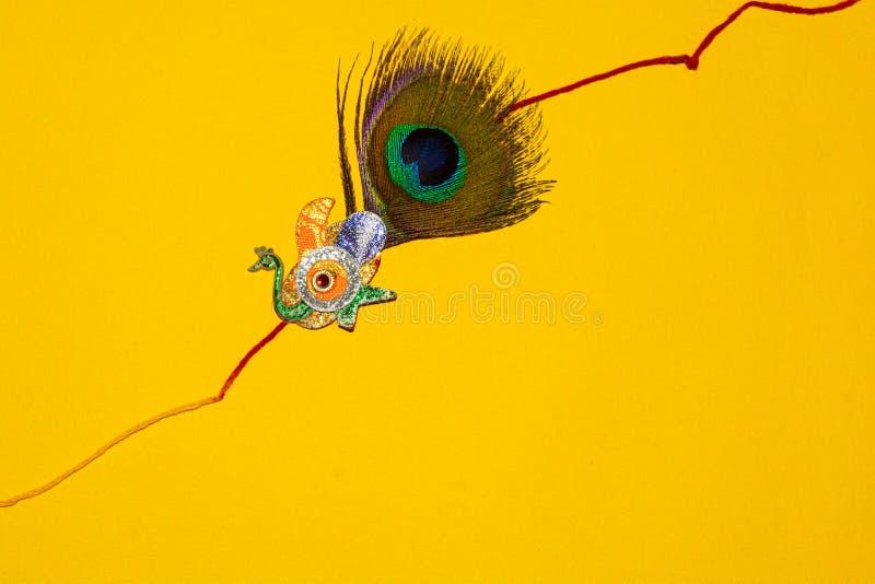 Indisch traditioneel festival Raksha Bandhan, Elegante Rakhi over gele achtergrond royalty-vrije stock foto