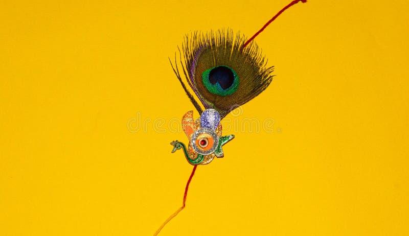 Indisch traditioneel festival Raksha Bandhan, Elegante Rakhi over gele achtergrond stock foto