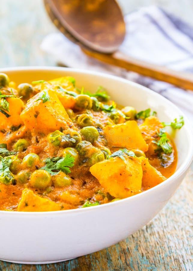 Indische Aardappelkerrie met Groene Erwten en Koriander royalty-vrije stock fotografie
