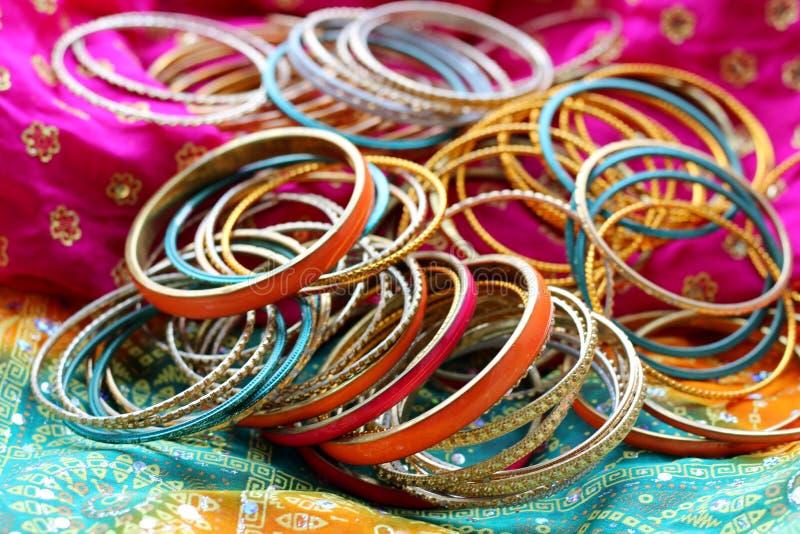 Indische Armb?nder auf sch?nem Schal Indische Art und Weise lizenzfreies stockfoto