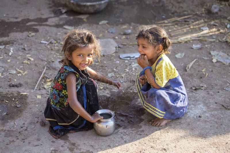 Indische arme Kinder auf der Straße Mandu, Indien JANUAR 2008: Ein nicht identifizierter armer Bettler mit Baby verlängert ihre H stockbilder