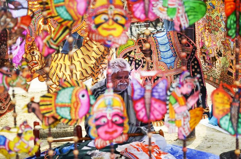 Indische artisanale het verkopen kunst en ambachtvoorwerpen stock foto