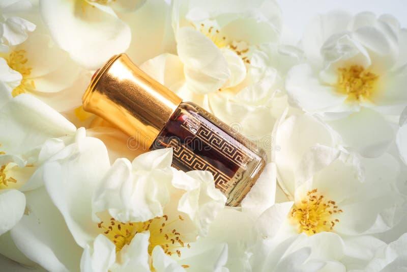 Indische Attar olie Natuurlijk kruidenparfum in een minifles stock afbeelding