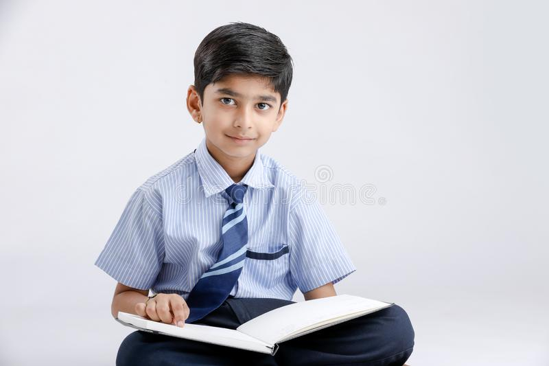 Indische/Aziatische schooljongen met notaboek en het bestuderen stock afbeelding