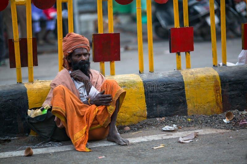 Download Indische Bedelaarszitting Op De Straat Volgens Legenden, Werd De Stad 5000 Jaar Geleden Opgericht Door God Shiva Over Redactionele Foto - Afbeelding bestaande uit bedelaars, mens: 114225606