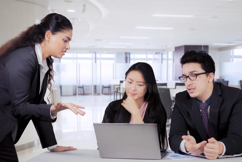 Indische bedrijfsleider die aan haar team in een vergadering spreken stock afbeeldingen