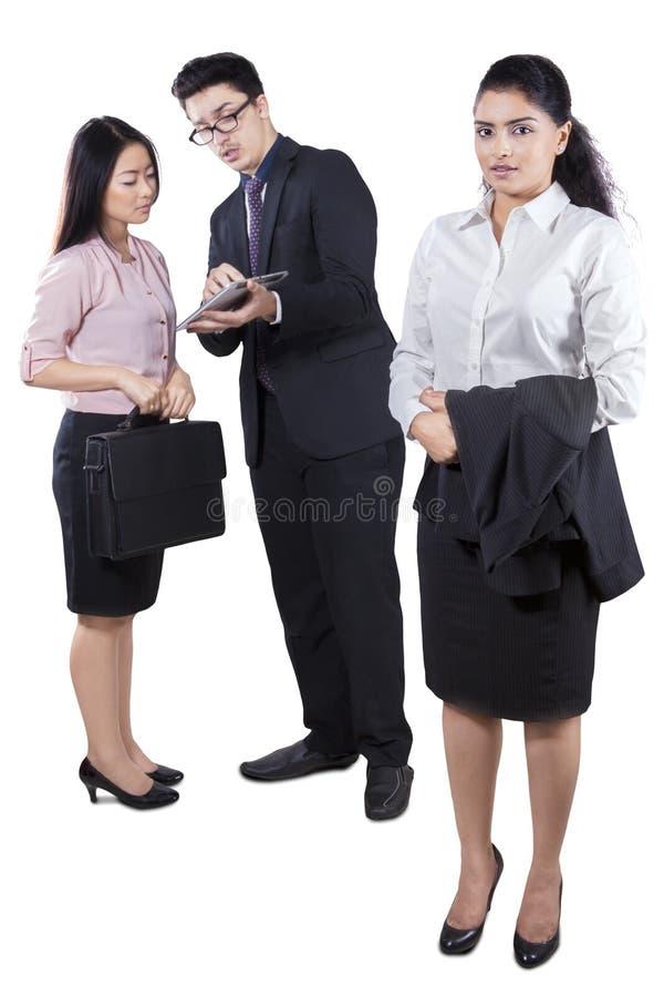 Indische bedrijfsleider met haar werknemers royalty-vrije stock foto's