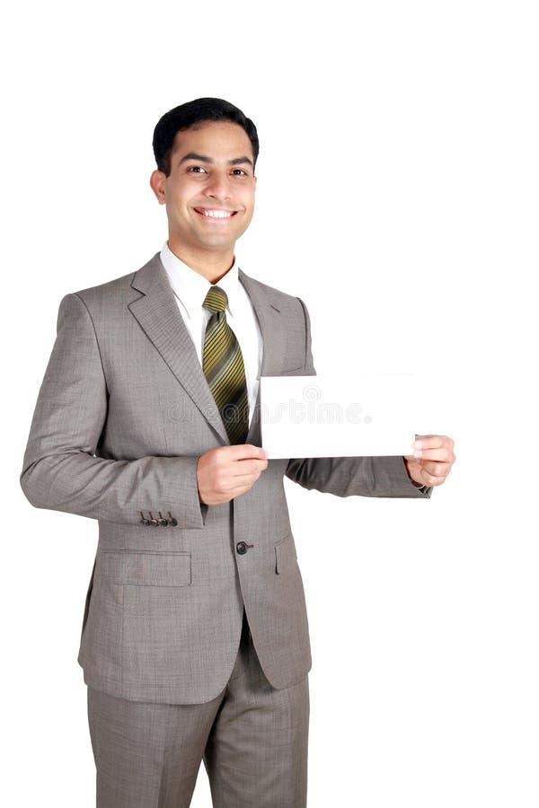 Indische bedrijfsmens die een naamkaart houdt. royalty-vrije stock fotografie