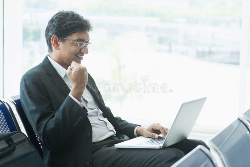 Indische bedrijfsmensen bij luchthaven stock afbeeldingen