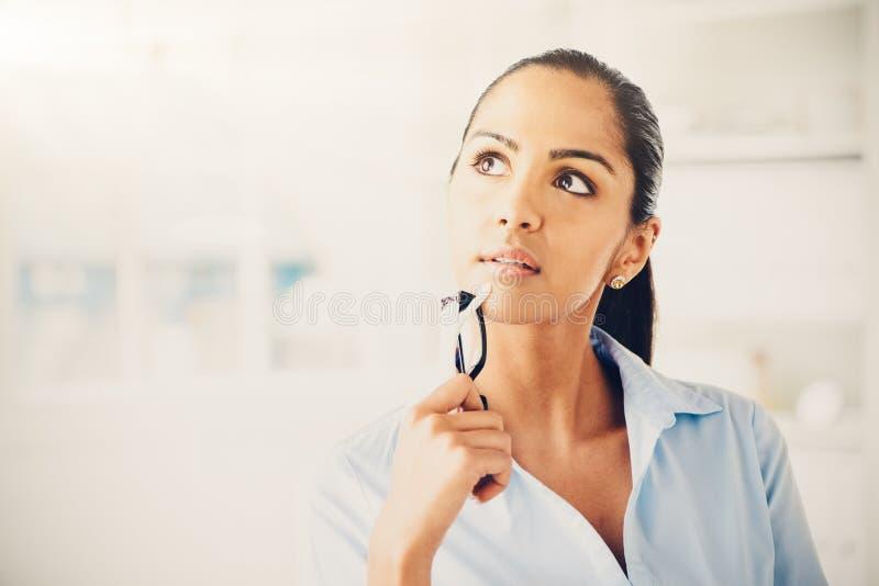 Indische bedrijfsvrouw die toekomstig denken stock foto's