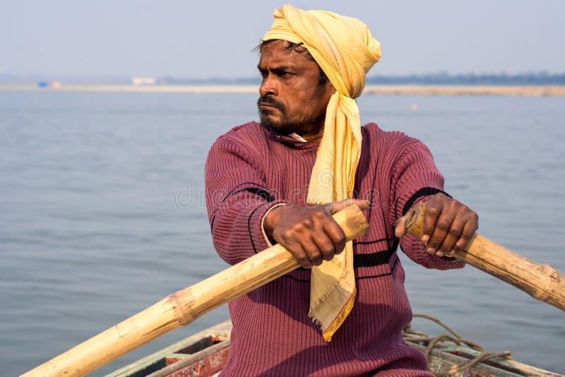 Indische Boatman Rowing op de Rivier van Ganges, Varanasi, India royalty-vrije stock foto